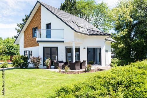 modernes einfamilienhaus mit garten stockfotos und. Black Bedroom Furniture Sets. Home Design Ideas