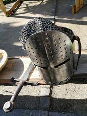 Ritterhelm mit Schwert und Kettenhemd