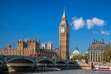 Fond de hotte en verre imprimé Londres bus rouge Big Ben and Houses of Parliament with boat in London, England, UK