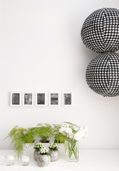 Décoration d'intérieur avec cadres photo, pots et lampes boules en papier noir & blanc