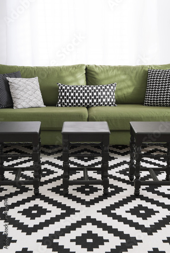 salon avec canap vert coussins et tapis design noir. Black Bedroom Furniture Sets. Home Design Ideas