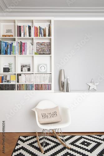 salon et biblioth que avec chaise bascule design. Black Bedroom Furniture Sets. Home Design Ideas