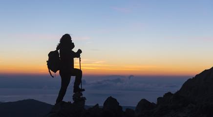 başarılı dağcı zirveden manzara izlerken