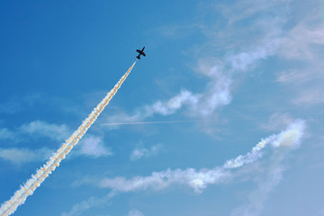 Fighter planes in the sky making a figure of aerobatics