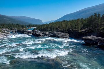 ...mit dem Wohnmobil durch Norwegen touren - in Richtung Lom...ein Fluß voller Lachse...