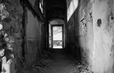 corridoio di una casa abbandonata