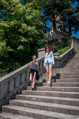 Femme et fillette dans les escaliers de l'esplanade de la Vierge du Mas Rillier à Miribel