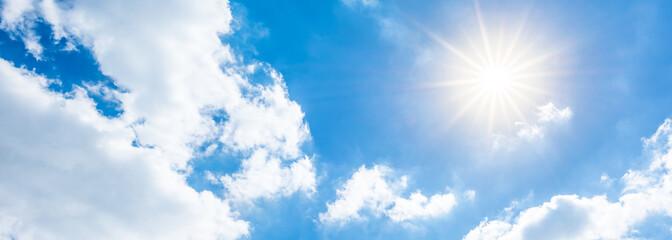 Blauer Himmel mit Sonne und Wolken als Hintergrund