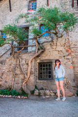 Femme dans le cité médiévale de Pérouge