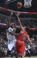 Memphis Grizzlies guard Quincy Pondexter shoots against the defense of Chicago Bulls center Joakim Noah during the first half of NBA basketball action in Memphis