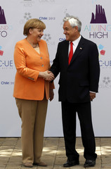 Germany's Chancellor Merkel is welcomed by Chile's President Sebastian Pinera to the summit of the Community of Latin American, Caribbean States and European Union (CELAC-UE) in Santiago