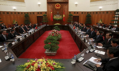 China's President Xi Jinping and Vietnam's Prime Minister Nguyen Tan Dung talk at the Government Office in Hanoi