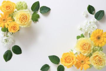 黄色のバラとガーベラの背景