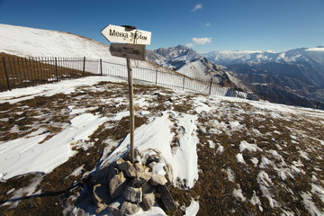 A pointer to the mountain pass-Moscow-1520 km., Makkah, 1954 km. The Republic of Ingushetia.