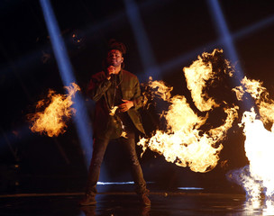 "The Weeknd performs ""Can't Feel My Face"" at the 2015 MTV Video Music Awards in Los Angeles"