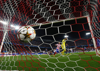 Atletico Madrid's Mario Mandzukic scores his second goal against Olympiakos during their Champions League Group A soccer match in Madrid
