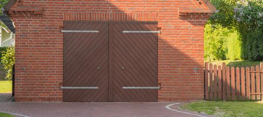 Garage mit brauner Doppeltür aus Holz
