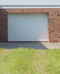 Garage mit neuem weißen Tor