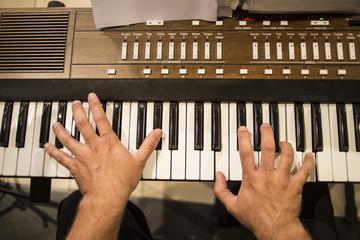 Hombre tocando teclado eletrónico