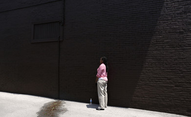 A Secret Service agent keeps watch in an alley as U.S. President Obama visits a bakery in Beaver, Ohio