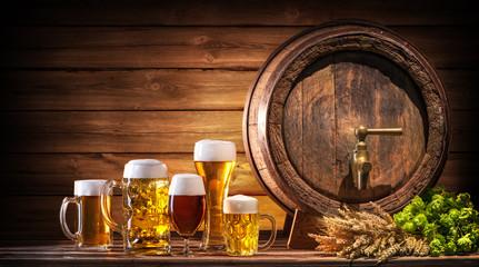 Oktoberfest Bierfass mit Biergläsern auf einem rustikalen Hintergrund