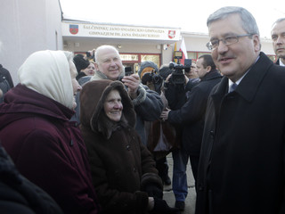 Poland's President Komorowski speaks with the Polish community in Salcininkai