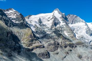 Berglandschaft mit Gipfel Großglockner in Österreich unter strahlend blauem Himmel