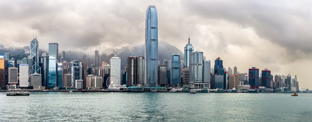 vue panoramique sur les tours de Hong Kong sous un ciel orageux