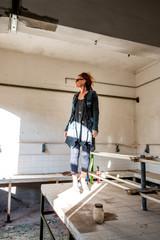Femme dans le laboratoire de l'usine abandonnée de Toscane