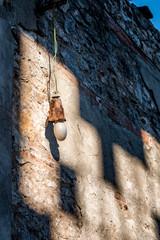 Vielle ampoule dans l'usine abandonnée de Toscane
