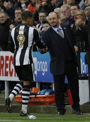 Newcastle United Manager Rafael Benitez shakes the hand of Dwight Gayle after he is substituted