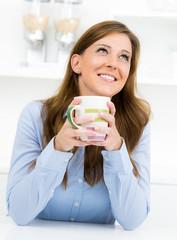 hübsche frau trinkt eine tasse tee