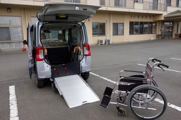 車椅子と福祉車両イメージ