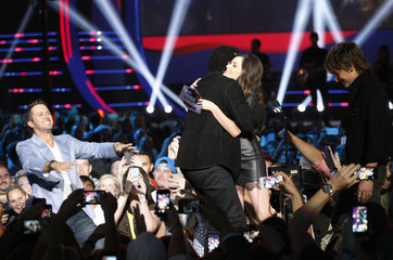 """Urban and Musgraves present the CMT performance of the year award to musicians Bryan and Richie for """"Oh No/All Night Long"""" during the 2014 CMT Music Awards in Nashville"""
