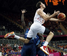 Spain's Fernandez goes for a lay-up past Great Britain's Mensah-Bonsu during their men's preliminary round Group B basketball match at the Basketball Arena during the London 2012 Olympic Games