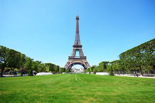 Eiffelturm / Tour Eiffel / Eiffeltower in Paris mit Park Champ de Mars