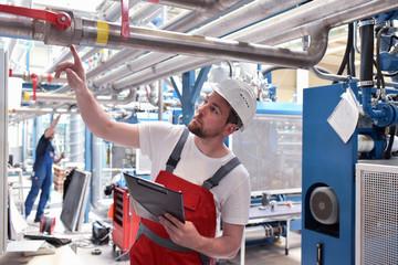 Industrie Zertifizierung - Arbeiter kontrolliert Industrieanlage // Industrial certification - worker controls industrial plant