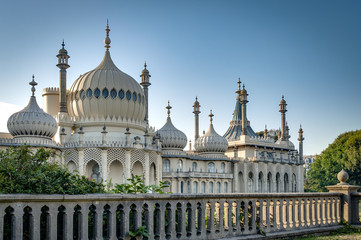 The Royal Pavilion is an exotic palace in the centre of Brighton. Built in 1823 for King George IV, is built in the style of Indo-Saracenic Revival architecture common in India and China.