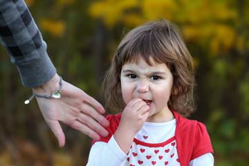 Trotzphase: Verärgertes Kleinkind Mädchen verweigert Aufforderung