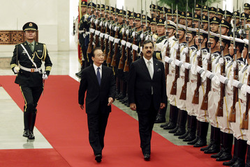 Pakistan's Prime Minister Yusuf Raza Gilani and China's Premier Wen Jiabao inspect honour guards in Beijing