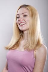 Blondine mit Herpes auf der Oberlippe