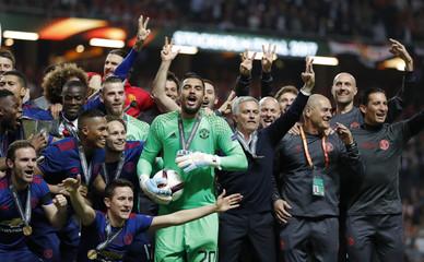 Manchester United manager Jose Mourinho, Manchester United's Sergio Romero and team mates celebrate winning the Europa League