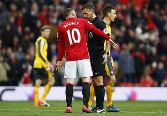 Manchester United's Wayne Rooney talks to Andre Marriner