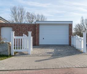 Eine Garage mit einem weißem Tor