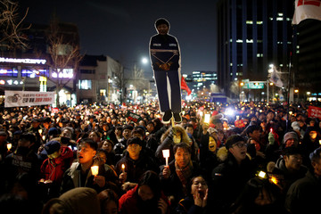 People march toward the Presidential Blue House during a protest calling for South Korean President Park Geun-hye to step down in central Seoul