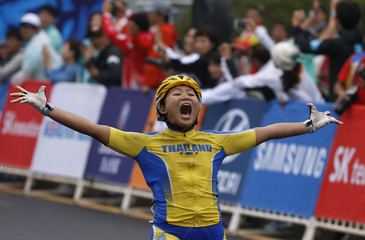 Thailand's Jutatip Maneephan celebrates winning the women's road racing competition during the 17th Asian Games in Incheon