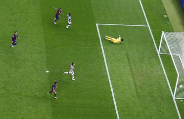 SOC:  Barcelona's Neymar scores third goal