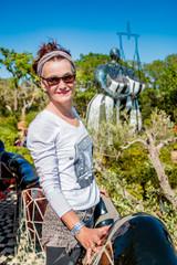 Femme dans le Jardin des Tarots à Capalbio en Toscane
