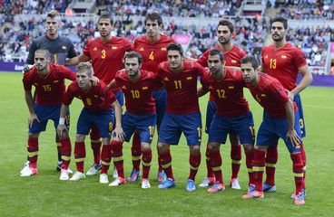 Spain's players line-up for a team photo befor men's Group D football match against Honduras at London 2012 Olympic Games in Coventry