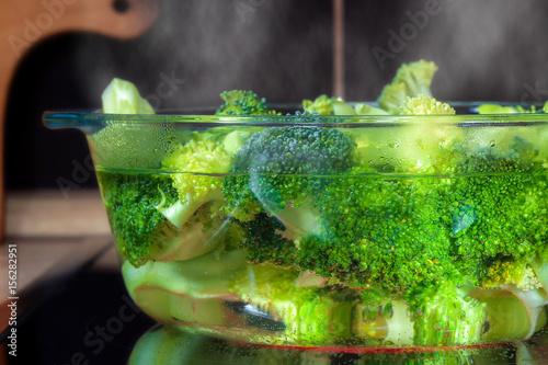 brokkoli in einem kochtopf aus glas zdj stockowych i obraz w royalty free w. Black Bedroom Furniture Sets. Home Design Ideas